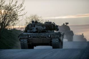 Ein Leopard 2 A4 der 3. Panzergrenadierbrigade des Oesterreichischen Bundesheeres faehrt am 21. April 2015 ueber den Truppenuebungsplatz Allentsteig in Oesterreich.