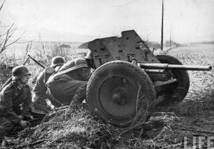 Soldiers operate PAK 37 mm.