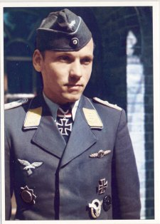 Walter Bornschein as Hauptmann.