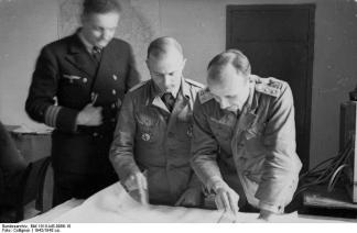 Korvettenkapitän (Lieutenant Commander) (to the left)
