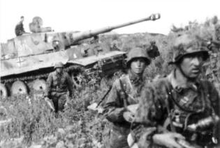 2nd SS Panzer Division soldiers, Tiger I tank, during the battle at Kursk.
