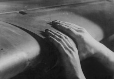 Freely moving, automatic leading edge slats on a Bf 109E. By using high-lift devices, the handling qualities of the Bf 109 were considerably enhanced.
