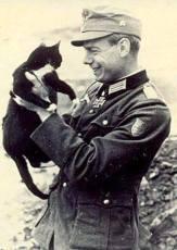 Erich Bärenfänger with a small kitten.