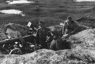 SS-Obersturmbannführer Hans Dorr inspects a mg-position at the front in December 1943.