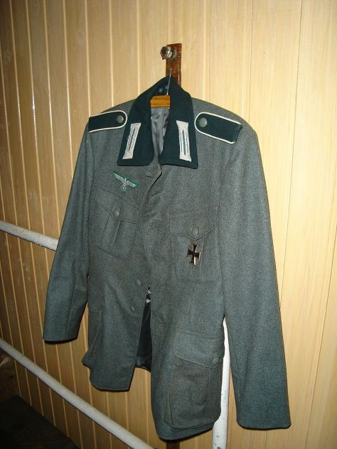 Enlisted infantryman's M36 uniform. Note the dark-green collar and shoulder-straps (with white Waffenfarbe), the Litzen collar insignia, and the Wehrmachtsadler above the right breast pocket.