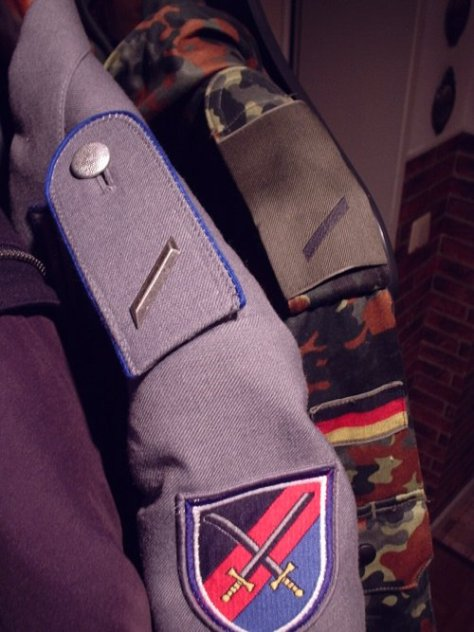 Blue edging around the shoulder strap on this uniform indicate that its wearer is serving in a logistics unit (Bundeswehr).