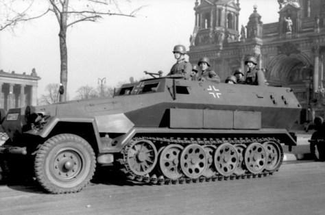 Bundesarchiv_Bild_101I-801-0664-37,_Berlin,_Unter_den_Linden,_Schützenpanzer