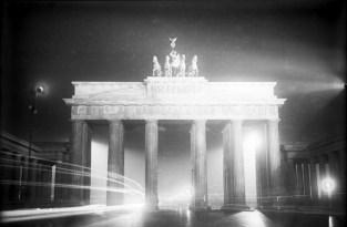 Festbeleuchtung des Brandenburger Tores am Tage der Eröffnung der Berliner Staatsoper Unter den Linden. Das Brandenburger Tor in seiner taghellen festlichen Beleuchtung.