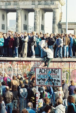 """Berlin Wall at the Brandenburg Gate, 10 November 1989. Note the graffiti Wie denn (""""How now"""") over the sign warning the public that they are leaving West Berlin."""