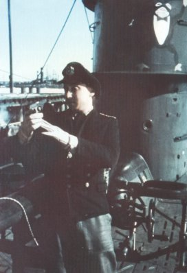 his photo was taken in January/February 1942 in one of the training bases in Danzig Bay and shows Obersteuermann Georg Schwarz in front of U-595's conning tower.