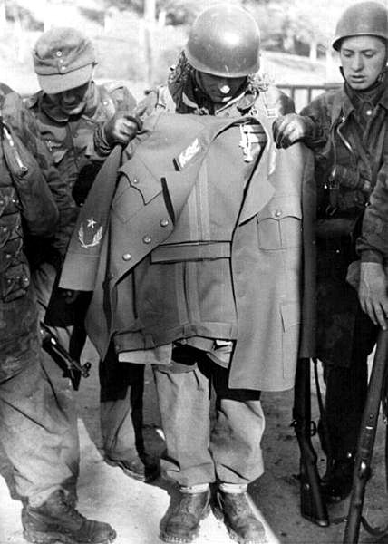 "SS paratroopers of the Battalion 500 with the Titos uniform after the company ""Rösselsprung"" , 1944. To the left of the paratrooper stands a Brandenburger with a Wehrmacht chest eagle and a field blouse made of Italian camouflage material. Parts of the 1st Regiment (Jäger Regiment 1 ""Brandenburg"") of Major Wilhelm Walther of the Division ""Brandenburg"" participated."