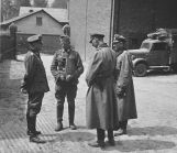 Battalion commander Hans Traut (left) and company commander Lieutenant Erwin Koopmann (2nd from left) in conversation during a battle break in the Western campaign in 1940.