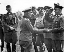 Wolf-Günther Trierenberg at the Knight's Crossing Ceremony in 1943. The high military medal was awarded by Hermann Hoth , whose 4th Panzer Army Trierenberg's Division had been under refueling at Kharkov since July 1943 in Belgorod. In the background u. a. Sepp Dietrich (3rd from right), Divisional Commander of the Leibstandarte , behind Dietrich (4th from right) the Commanding General of the II SS Panzer Corps Paul Hausser.