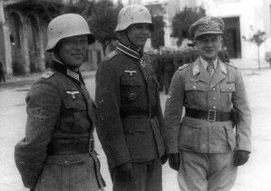 The Brandenburg Walther (left) and Wandrey at the Knight's Crossing Ceremony with the General of the Airmen Hellmuth Felmy , presumably in Crete, January 1944.