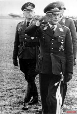 Hans Geisler (here on the way out of the front), the commanding general of the X. Flieger Corps deployed in Italy, visited the flying association of a Sicilian airfield at the end of May 1941.