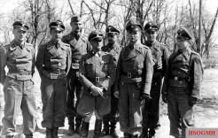 From left: Heinz von Westernhagen , Karl-Heinz Prinz, Wolfgang Rabe, Sepp Dietrich , Emil Wiesemann, Max Wünsche, Karl Rettlinger and Max Tischendorf after the Balkan campaign.