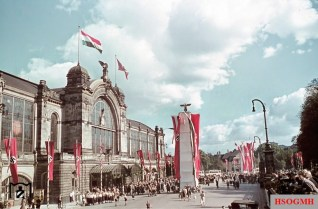 The Hamburg-Dammtor train station in contemporary festive mood during the state visit of the Hungarian regent Miklós Horthy. For the reception of state guests it always used the Dammtorbahnhof and not the main station. Picture taken in 24 August 1938 by Walter Hollnagel.