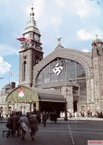 Contemporary jewelery during the state visit of the Hungarian regent Miklós Horthy at Hamburg Central Station. The picture was taken in 24 August 1938 by Walter Hollnagel.