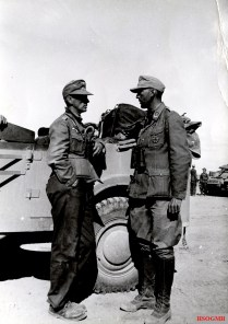 Generalmajor Georg von Bismarck (left), Kommandeur 21. Panzer-Division, with Luftwaffe Hauptmann from Flak unit in North Africa.