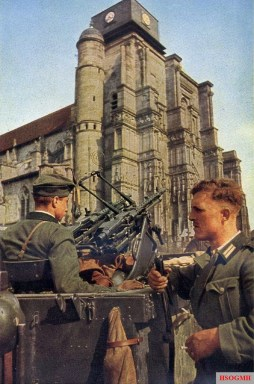 These men are wearing the Model 1936 Tunic with the bottle-green collars. The soldier on the left is wearing a Model 1938 Field Cap. A pair of MG34 Machine-Guns have been placed on an anti-aircraft mount.