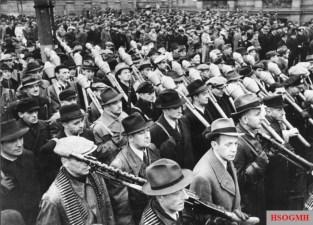 Volkssturm marching, November 1944. Vereidigung der Freiwilligen des Deutschen Volkssturms in Berlin In Berlin fand heute die feierliche Vereidigung der Freiwilligen des Deutschen Volkssturms statt. UBz Volkssturmmänner mit ihren Waffen während des Vorbeimarsches an Reichsminister Dr. Goebbels.