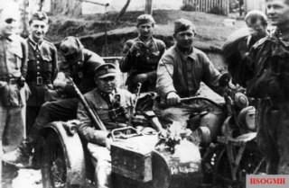 "Captain ""Mruk"" of the Radom–Kielce area Home Army, with a Soviet reconnaissance patrol."