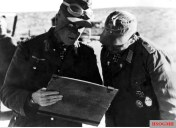 """Discussion of the situation on the North African front by two officers of the Afrikakorps. From left to right: General der Panzertruppe Ludwig Crüwell (Kommandierender General Deutsches Afrikakorps) and Hauptmann der Reserve Johannes Kümmel (Chef 1.Kompanie / I.Abteilung / Panzer-Regiment 8 / 15.Panzer-Division / Deutsches Afrikakorps). The picture was taken in February 1942 by Kriegsberichter Valtingojer from PK (Propaganda-Kompanie) """"Afrika""""."""