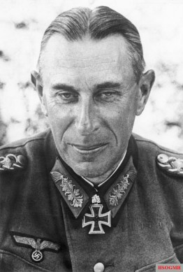 This picture was taken on 17 March 1942 by Kriegsberichter Moosdorf, and showing Rudolf Schmidt (Oberbefehlshaber 2. Panzerarmee) not long after promoted from General der Panzertruppe to Generaloberst, 1 Januari 1942.