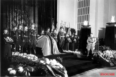 Burial of General Ernst Udet in the Reich Air Ministry, November 1941; Front right: Reichsmarschall Hermann Göring, front left at the coffin: Inspector of the fighter pilot Major General Adolf Galland, behind Galland Walter Oesau, behind Oesau Dietrich Peltz.