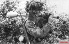 Fallschirmjäger wearing Buntfarbenaufdruck 41 or Splittertarn B armed with a Panzerfaust.