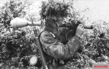 Fallschirmjäger wearing Buntfarbenaufdruck 41 or Splittertarn B armed with a Panzerfaust.