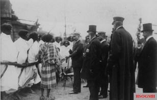 Emperor Wilhelm II talks with Ethiopians at the Tierpark Hagenbeck in Hamburg in 1909.