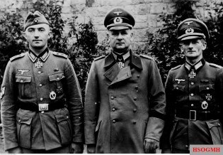 October 1940: Three Ritterkreuzträger from Infanterie-Regiment 74 / 19.Infanterie-Division. From left to right: Oberfeldwebel Johann Pongratz, Oberst Gustav Schmidt, and Oberleutnant der Reserve Gustav Hippler.