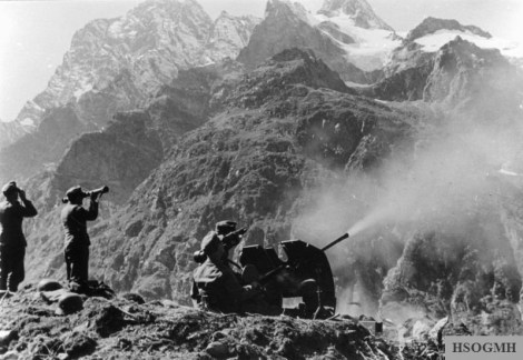 German Gebirgsjäger operating a 2 cm anti-aircraft gun in the Central Caucasus near Teberda, September 1942.