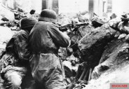 German paratroopers stationed in the rubble of Cassino with an MG 42 ; on the underlying stones, ready for use, the Stielhandgranate 24 and an Eihandgranate 39 characteristics can be recognized.