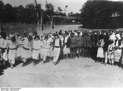 1917. Soldaţi germani cantonaţi într-un sat românesc.
