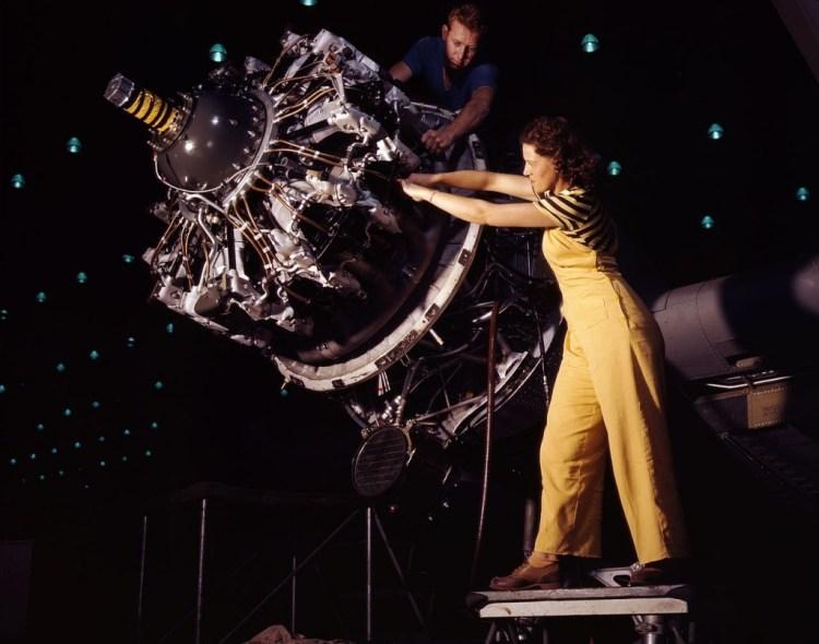 Rosie aan het werk in een vliegtuigfabriek