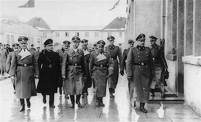 In 1941 brengt Mussert (links in het zwart) samen met Heinrich Himmler een bezoek aan Dachau.