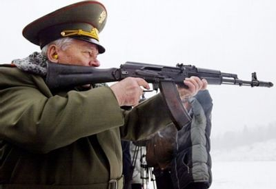 Michail Kalasjnikov met de naar hem vernoemde AK-47