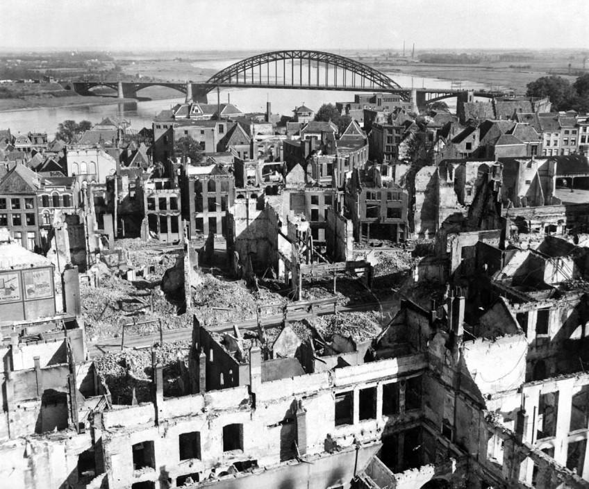 Het centrum van Nijmegen na het Amerikaanse bombardement van 1944