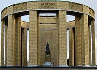 Monument voor Koning Albert, vlakbij de plek waar hij in WOI gelegerd was.