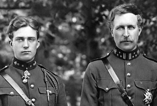 Koning Albert I (rechts) met zijn oudste zoon en opvolger Leopold III