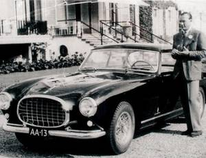 Prins Bernhard naast de Ferrari 212
