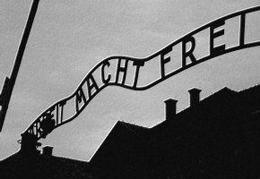 Beruchte tekst boven de toegangspoort van Auschwitz