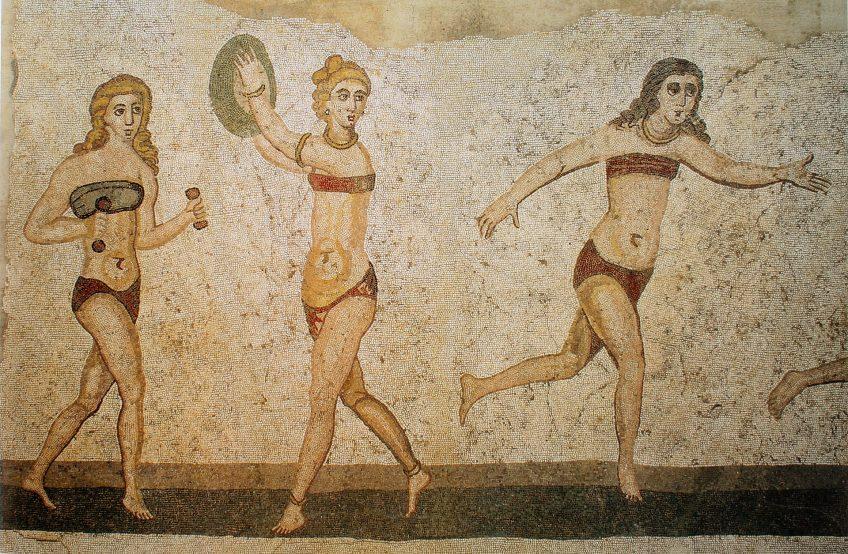 Vrouwen in bikini op het genoemde mozaïek