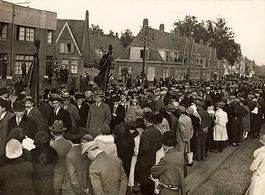 De begrafenisstoet van Beckers in de Tongersestraat oktober 1929. Uit het archief van de Stichting werkgroep Geschiedenis Arbeidersbeweging Limburg in het Historisch Centrum Limburg.