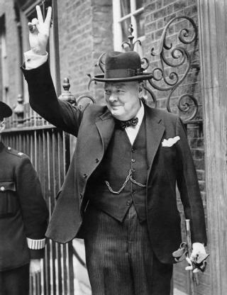 Churchill maakt het bekende 'Victory-teken' voor Downing Street 10 (IWM)