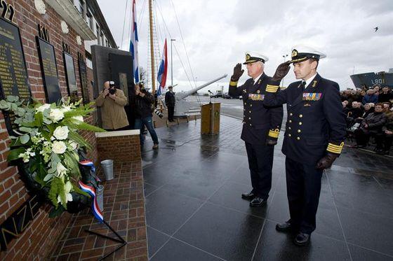 Commandant Zeestrijdkrachten en de groepsoudste van de onderzeedienst tijdens de kranslegging – Foto: Defensie