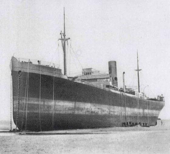De Pavon op het strand tussen Calais en Duinkerken. De touwen waarlangs de soldaten het schip verlieten hangen nog over de reling.