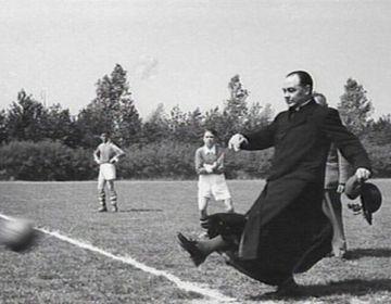 Bisschop Bekkers aan de bal tijdens het Concordia toernooi, 1 juni 1957 – © Collectie Katholiek Documentatie Centrum, Het Geheugen van Nederland.
